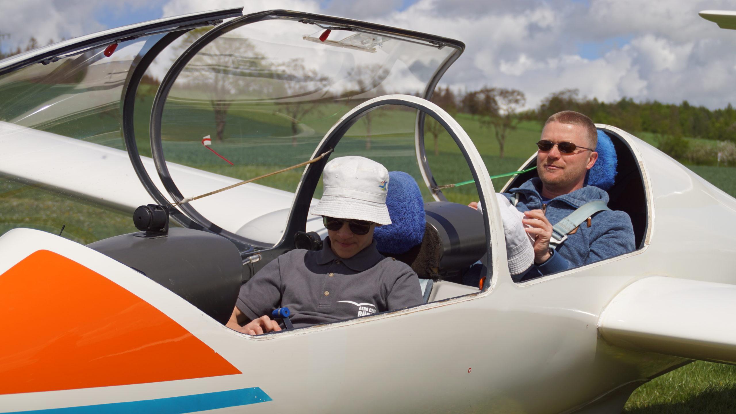 Fluglehrer und Flugschüler bei den Vorbereitungen