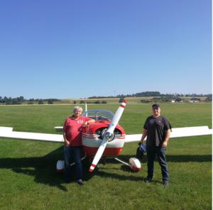 Flugschuler rank Wasmuth nach erfolgreicher Prüfung